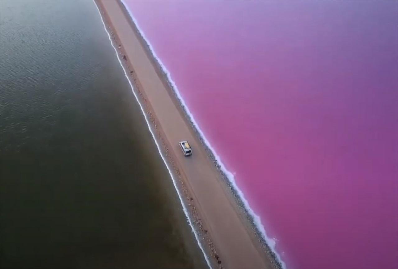 """まるで""""おとぎ話の世界""""のようなピンク色の湖が美しい・・・なぜこんな色になるのか!?"""