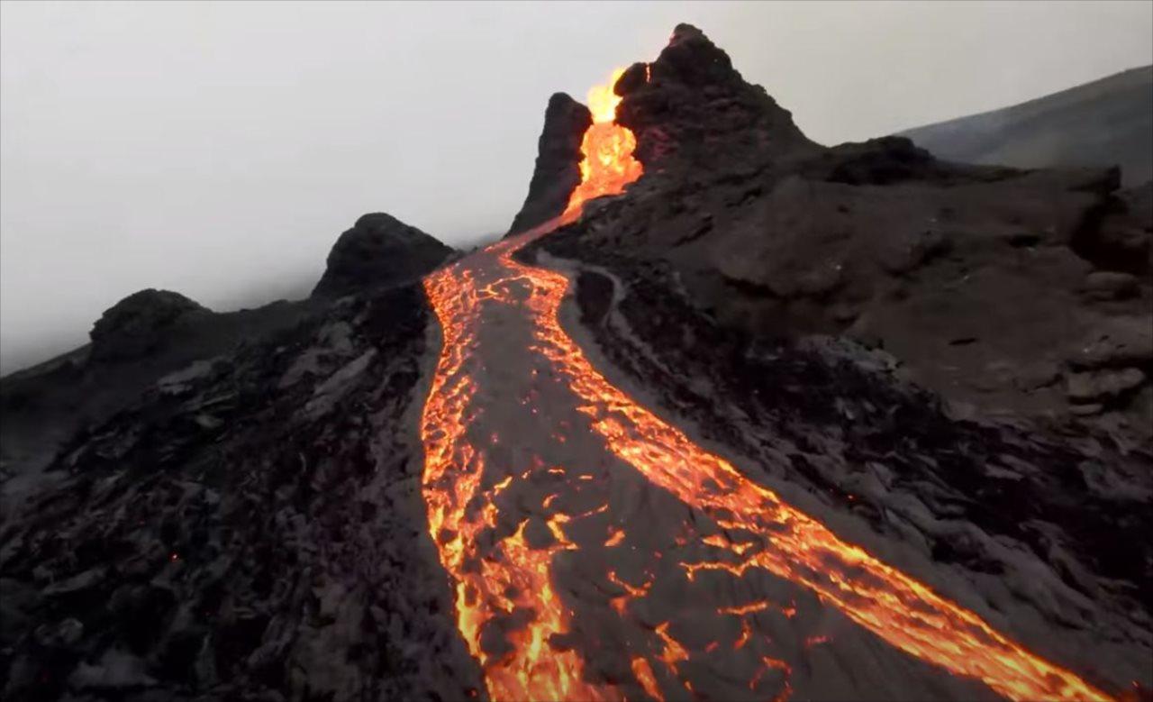 溶岩流をドローンで撮影したらド迫力だった!火口に向かって近づいていくと、ヤバいことに・・・