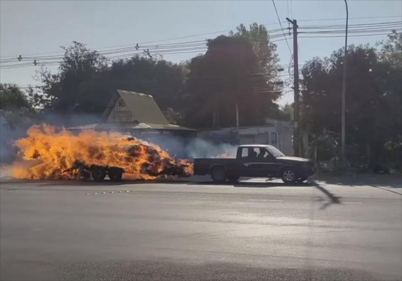 走行中のトラックが炎上!燃えているにもかかわらず、ドライバーが脱出せずに運転し続けた理由に感動!