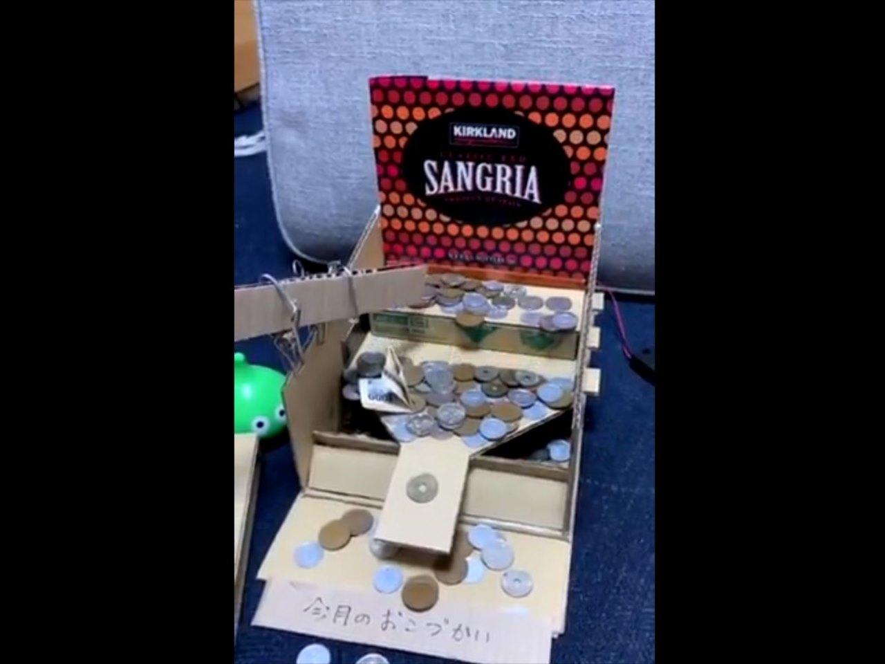 猛烈にメダルゲームをやりたくなる(笑) 段ボールで作った貯金箱のクオリティが凄い!