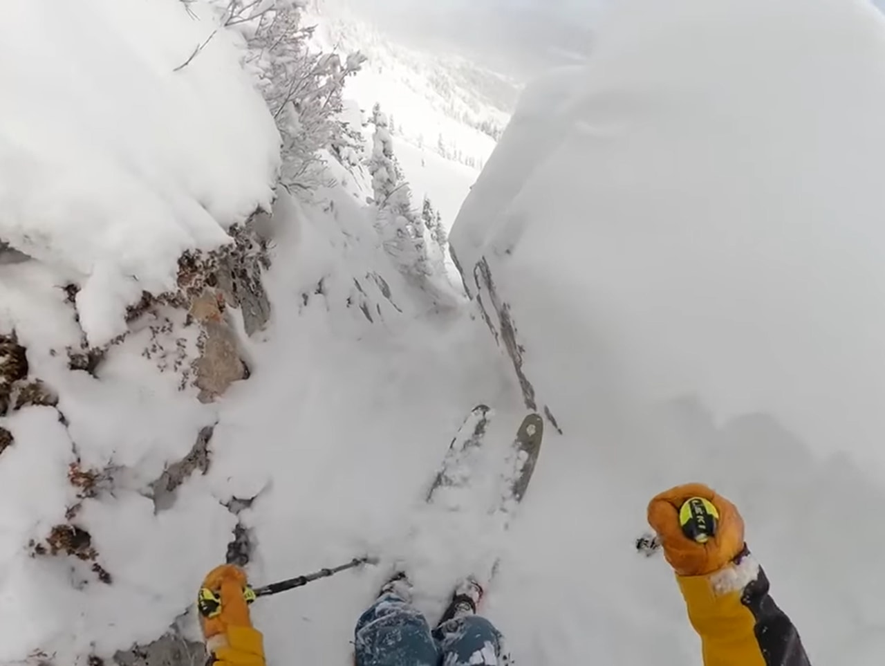爽快!雪の谷をスキーで滑走する映像がスリル満点!