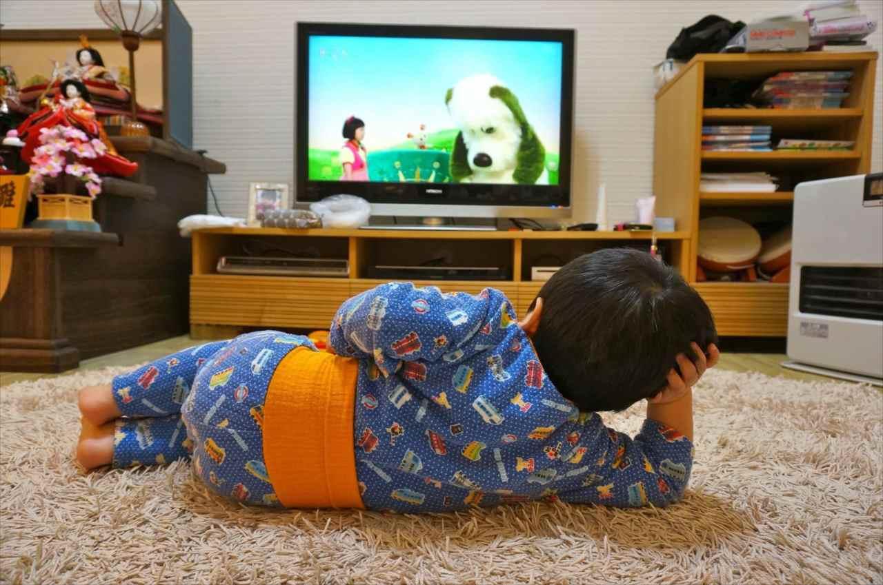 """「こいつ絶対人生2周目・・・(笑)」テレビを見る2歳児の""""休日のオッサン感""""が凄まじいと話題!"""