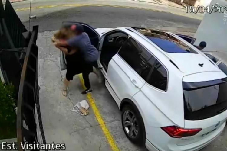 防犯カメラは捉えた!男二人が女性の車を盗む犯行現場を警察官が偶然目撃し逮捕!