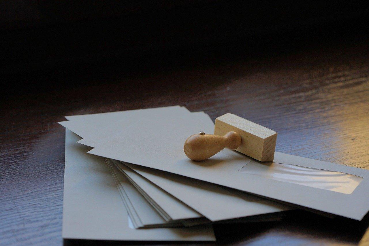 「親展」と書かれた封筒にはどんな意味があるの?間違って開けたらダメな物?信書との違いも解説