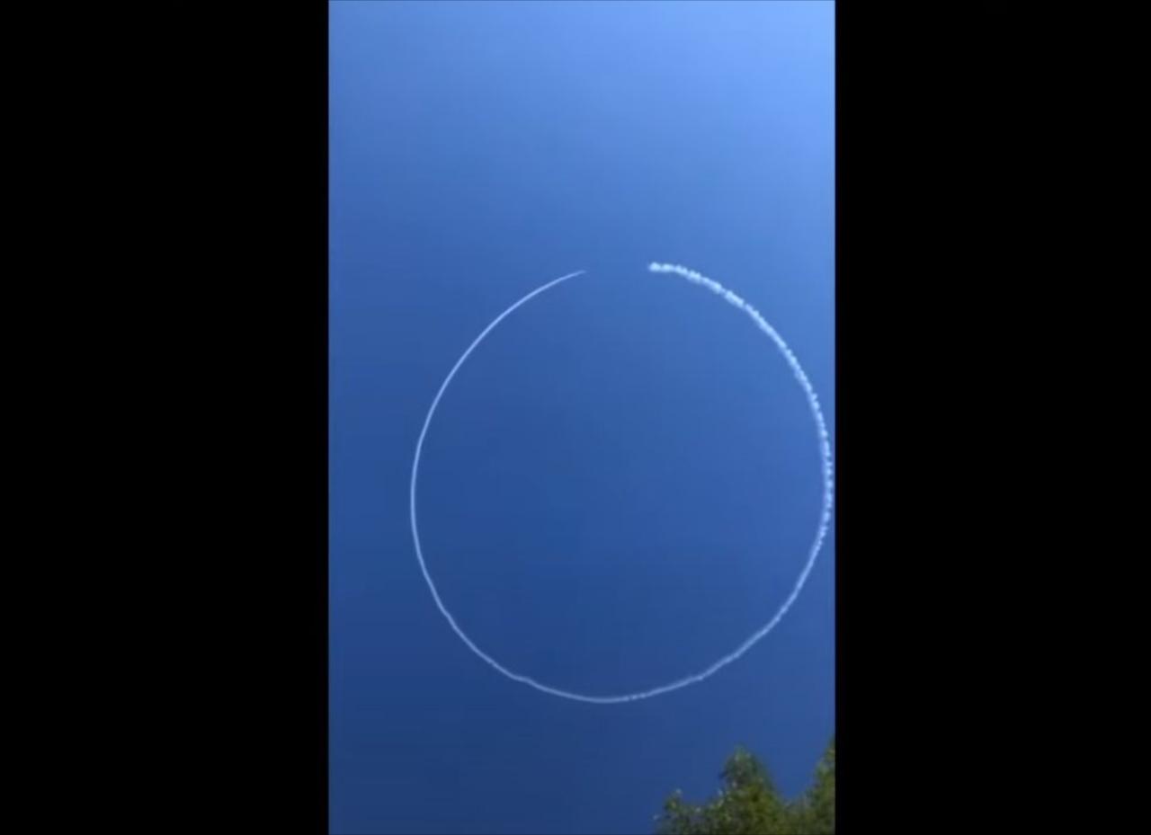 パイロットが粋な演出!?青空に描かれたチャーミングな飛行機雲に思わずほっこり(笑)