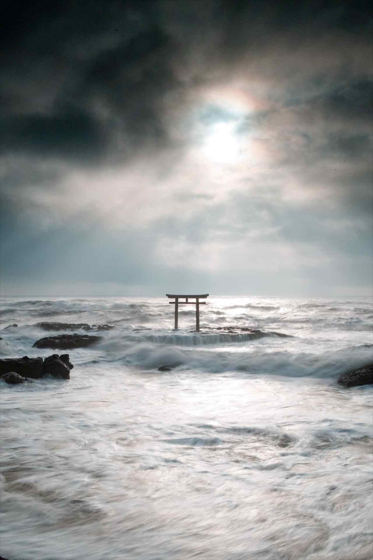 「まるで神が降臨して来たかのよう」大洗海岸の岩礁に立つ鳥居の神々しさがヤバすぎる!