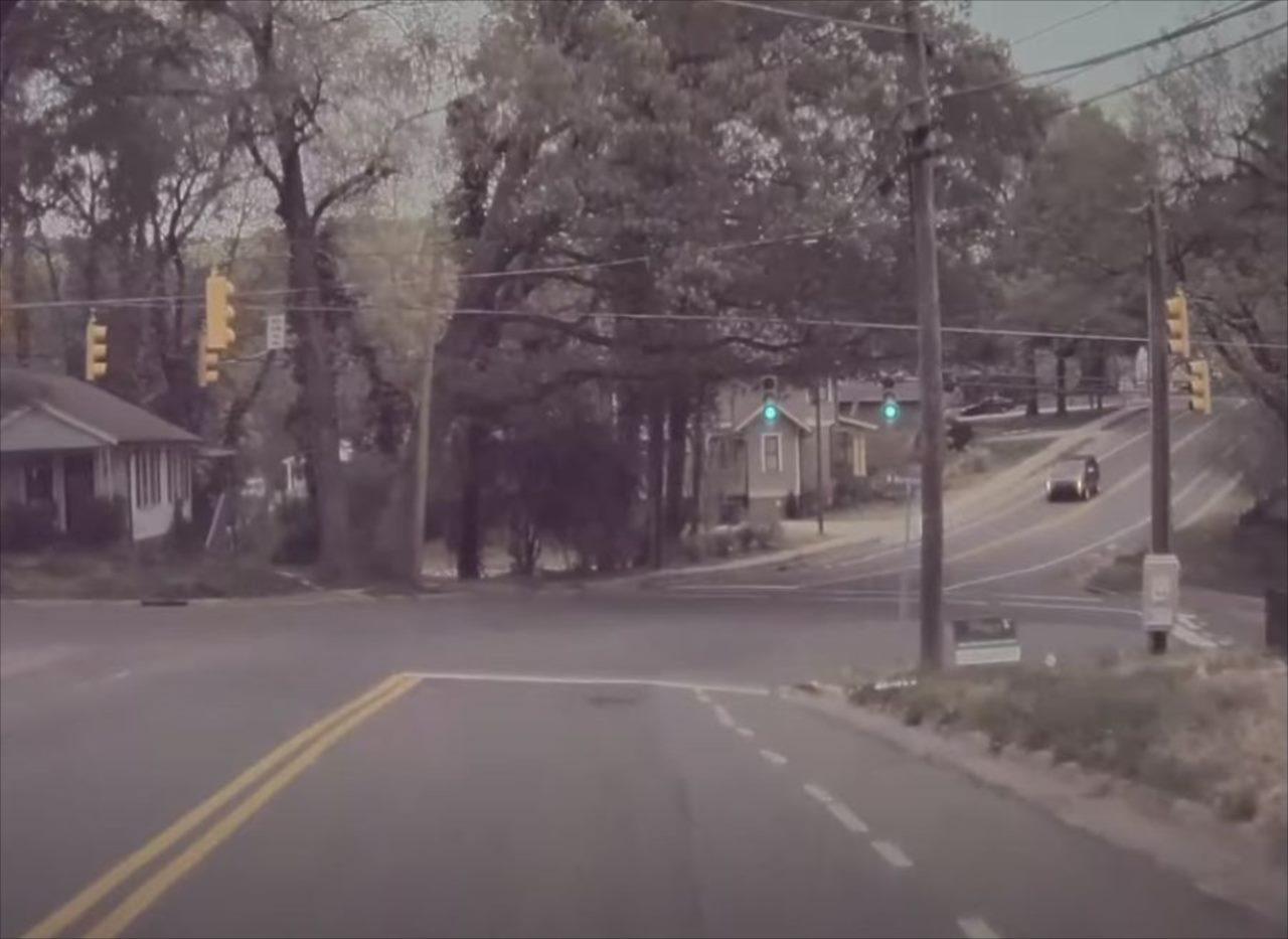 """""""間一髪""""という言葉をこれほど的確に表した瞬間があっただろうか・・・1台の車に襲いかかったアクシデントとは!?"""