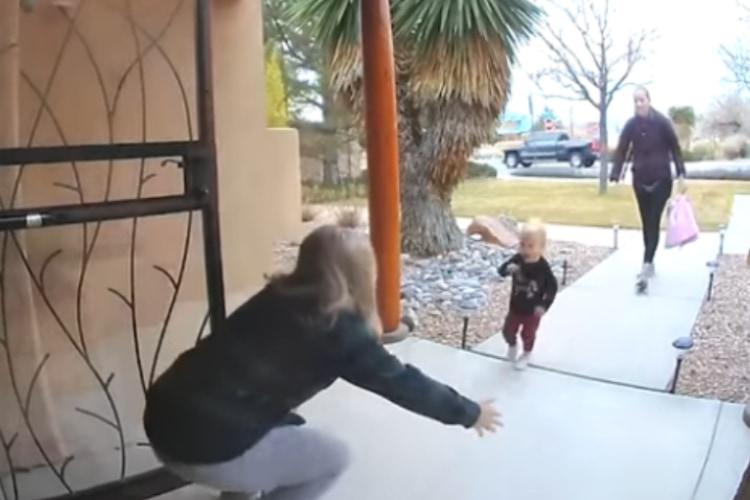 1歳の孫とおばあちゃんの素敵なハグシーンかと思いきや・・・まさかの展開に笑っちゃう