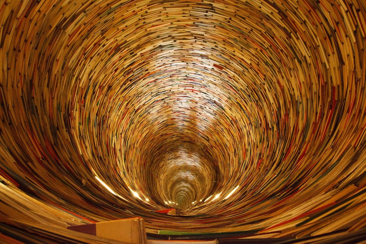 【動画で名所巡り】プラハの「本のトンネル」の姿が圧巻