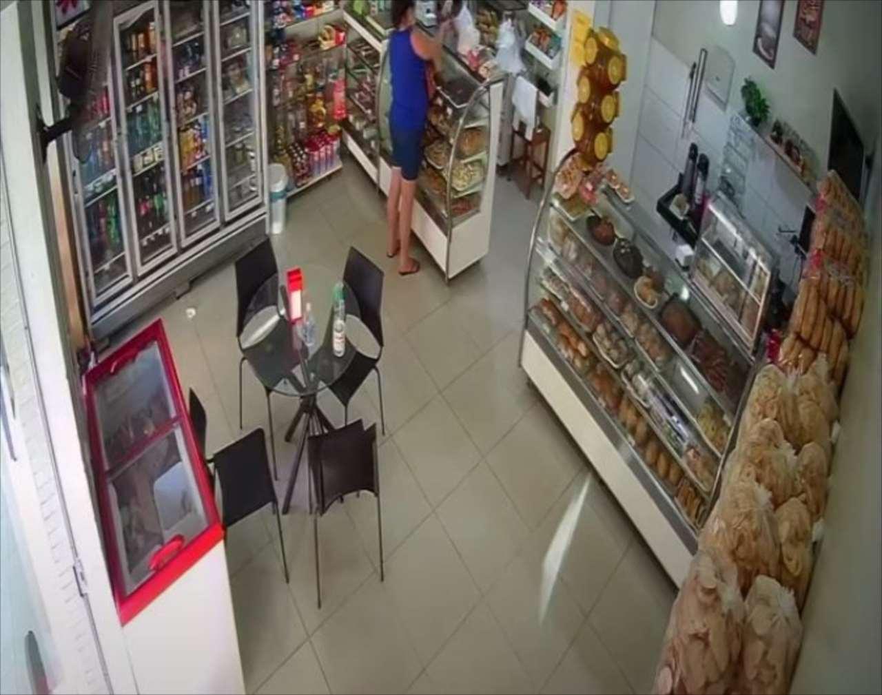 【カメラは見た】パン屋で巧みに行われた犯行も、屋外のカメラではバレバレだったワン(笑)