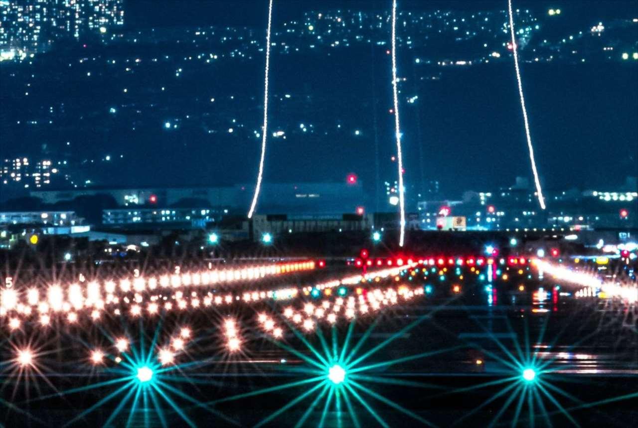 滑走路から離陸する飛行機を撮影したら、まるで「銀河鉄道」のような世界が!