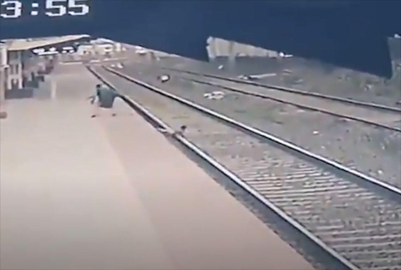 6歳の子どもが線路に転落!そこへ迫り来る電車・・・間一髪のタイミングで救世主が現る!