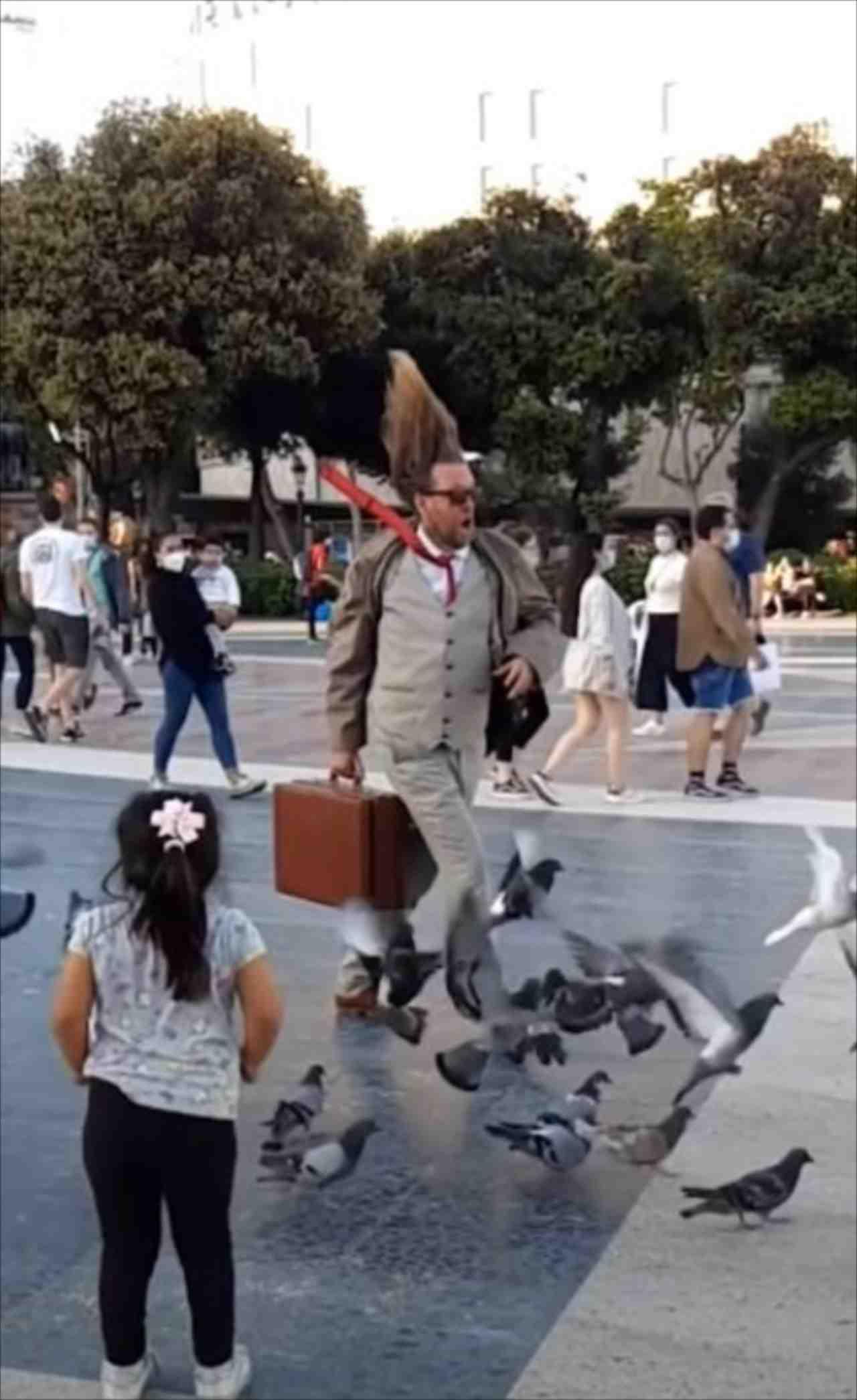 その男だけ時間が止まっていた?!斬新且つシュールなストリートパフォーマー現る!