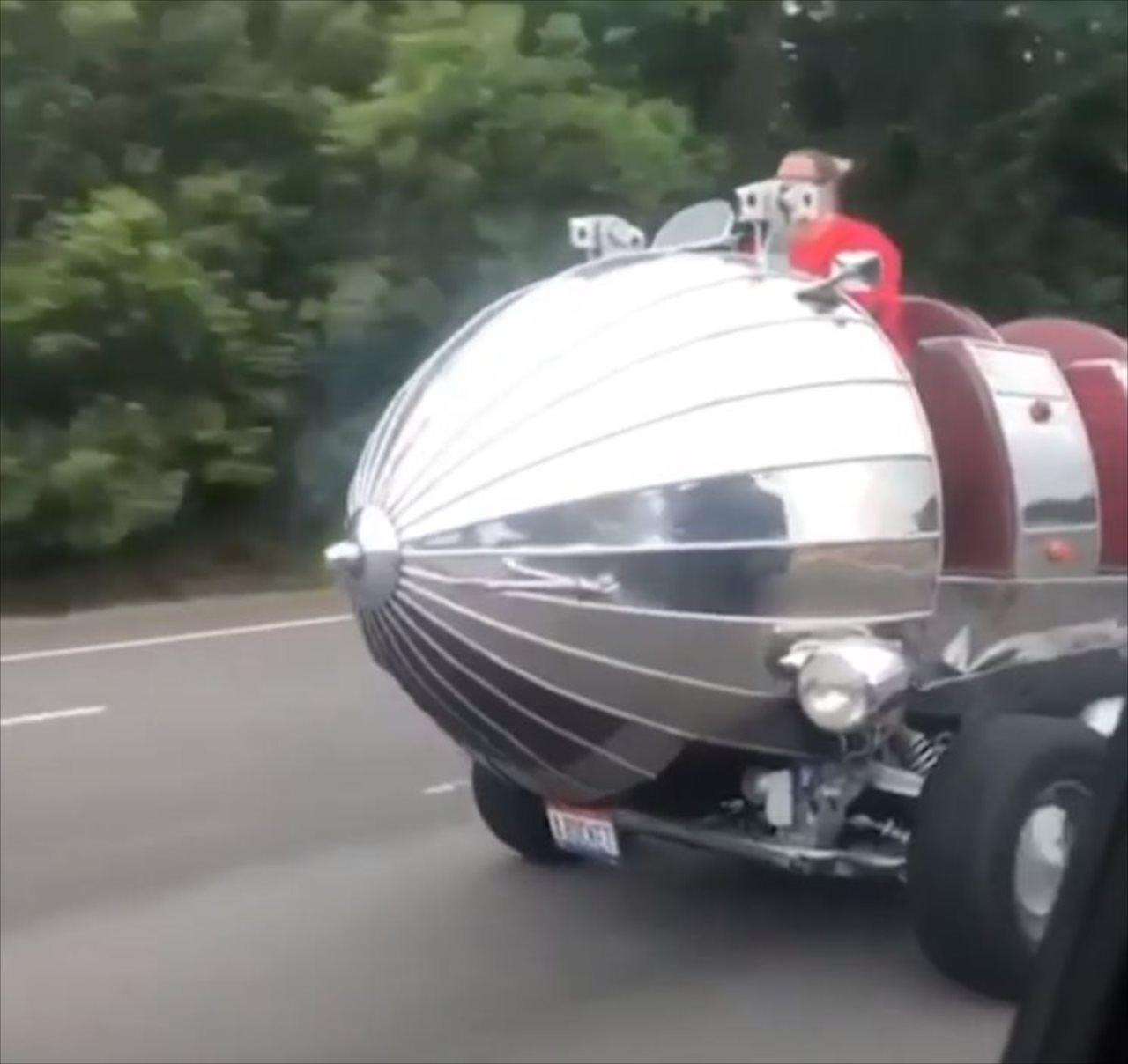 テーマパークのアトラクションか?!二度見確実な改造車両が目撃される!!