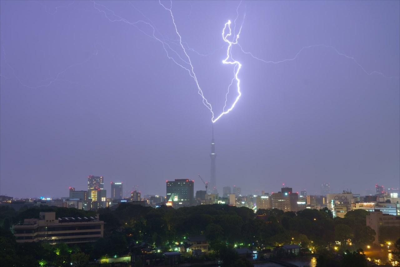 【決定的瞬間】東京スカイツリーが3発も雷をくらっていた!その瞬間をとらえた写真が話題に!