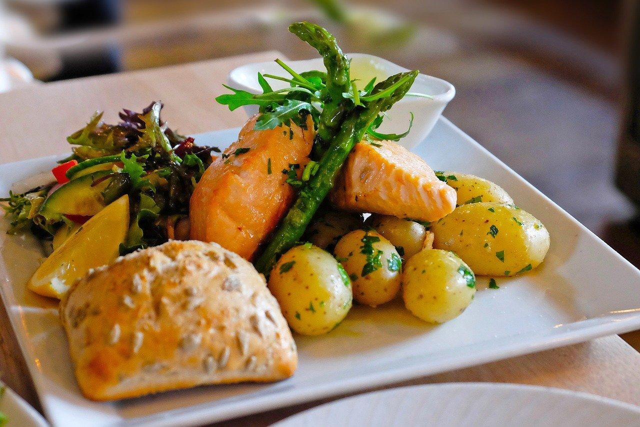 「ムニエル」と「ソテー」、「ポワレ」といった料理の違いは何?「グリル」や「ロースト」との違いも解説
