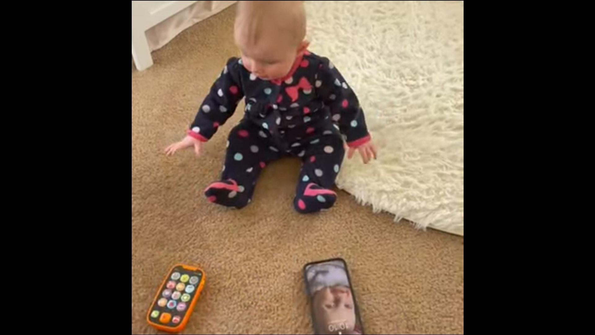 お目が高い!おもちゃではなく、本物を絶対に選ぶ赤ちゃん