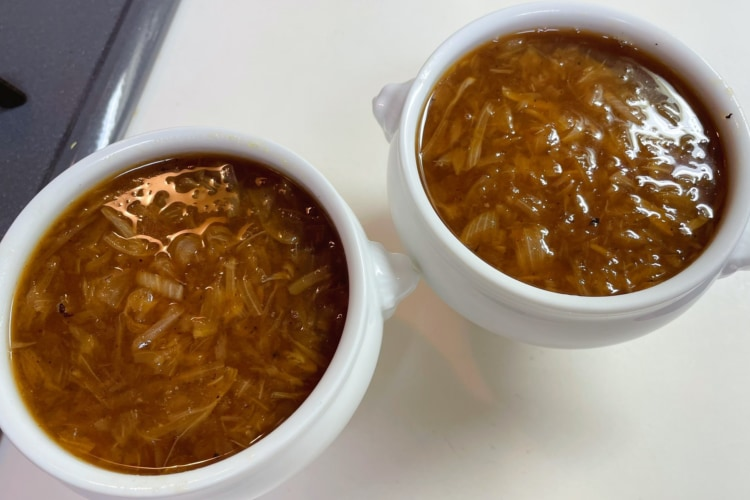 いちいち鍋に目をやる必要なし!超簡単に飴色の「オニオンスープ」が作れるレシピをご紹介!