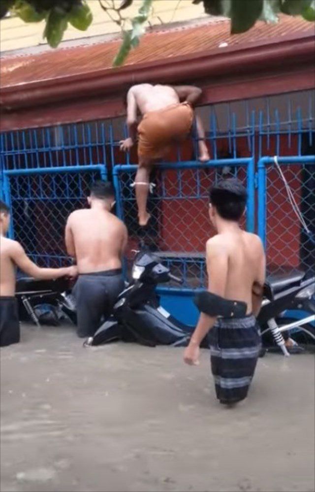 【心温まる救出劇】洪水で孤立していたワンコを助けた男性たちの見事な連携!