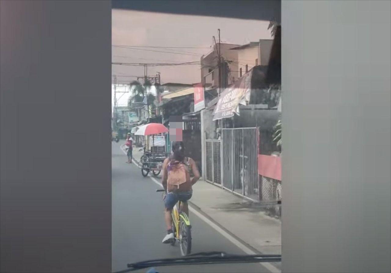信じられないバランス感覚だ・・・頭の上に『とある物』を乗せ、自転車で疾走する女性に驚愕!