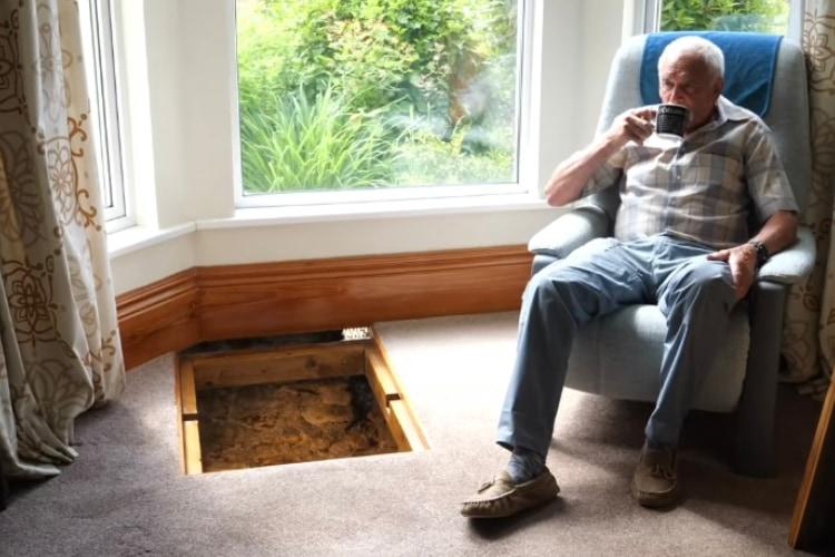 リビングの床下から中世のものとみられる古井戸を見つけた男性。その前で飲むコーヒーはロマンの香りがしそう・・・