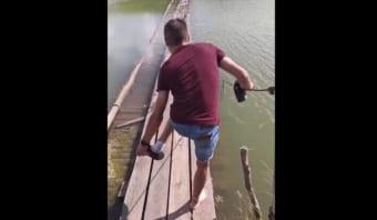 目の前には絶対足元が濡れてしまうだろう橋が!そこで男性は、靴も靴下も脱いだのですが・・・