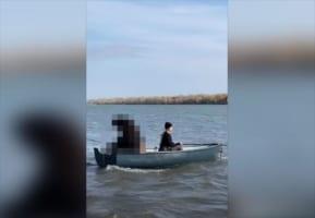 【目を疑う光景】ボートに乗って釣りを楽しむ女性、その相方の正体はなんと!!