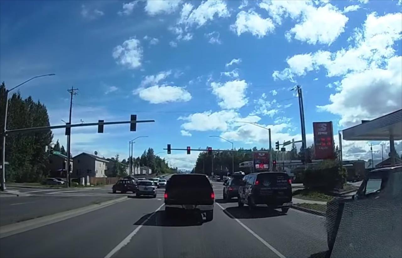 信号が青になっても、なぜか車は停まったまま。一体何が起きているのかと見てみると・・・