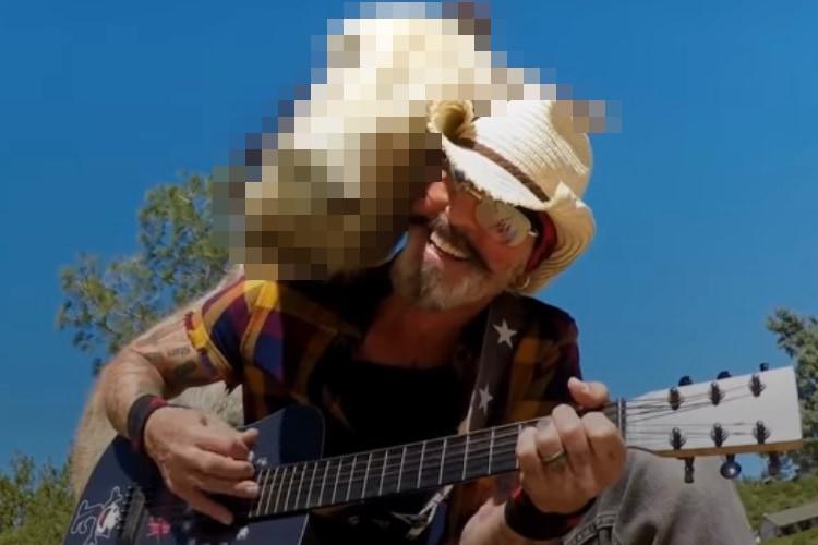 男性のギター演奏を聴くのが大好きなロバ。その姿が微笑ましくてホッコリ!