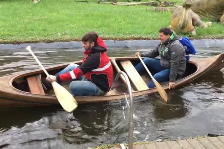 【爆笑ハプニング】カヌーに乗った二人の男性、座り直していざ出発!と思いきや・・・