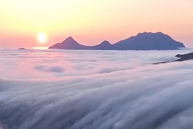 霧の中を歩いていると突然空が晴れて・・・、山頂で目にした絶景に心が震える!!
