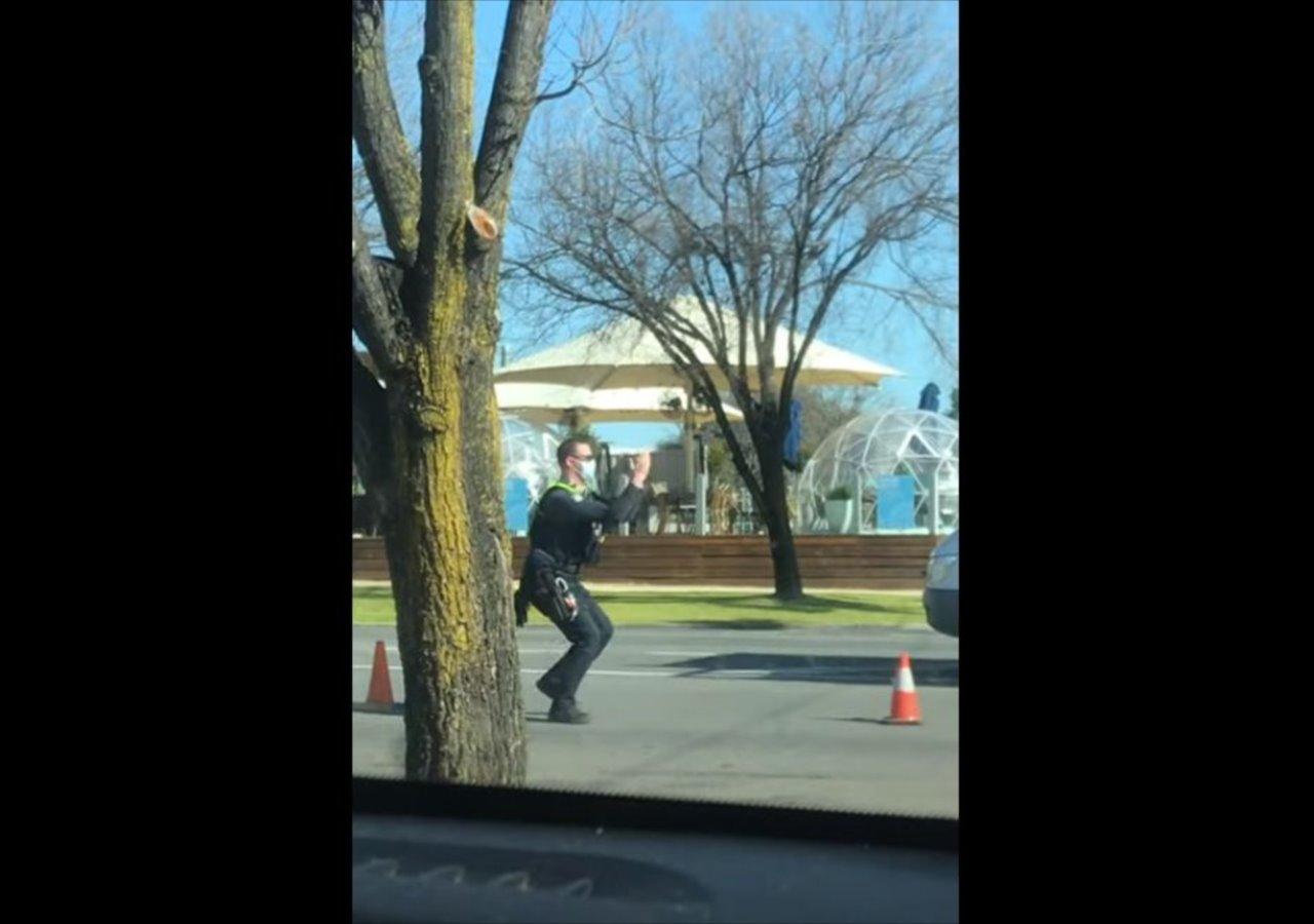 実にノリノリ!エンターテインメント精神あふれる踊りながら停車指示を出す警察官!