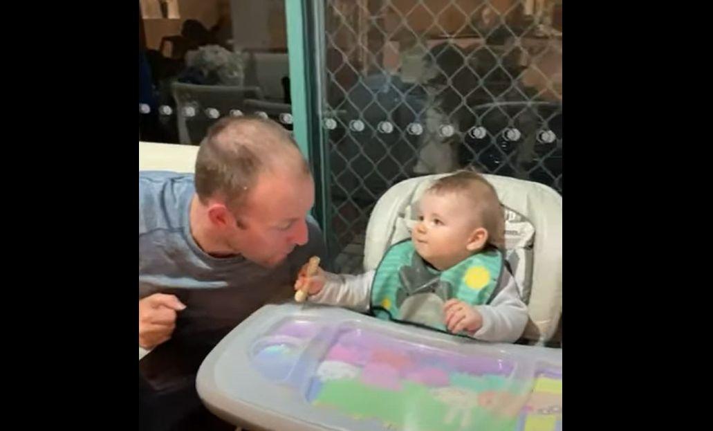 パパが手にしたお菓子を食べてこようとしてきた!その時赤ちゃんがハイスピードでかわいい反応を見せてくれました