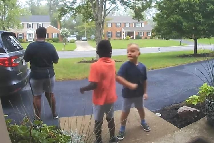 兄弟の特別な時間。お父さんの背後で行われていた「秘密の挨拶」の練習をカメラが目撃!