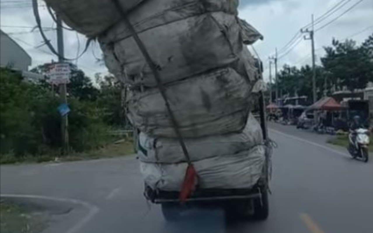あきらかに荷物を載せすぎなトラック。荷物が偏ってしまっているし、よく無事だなと思っていたら・・・