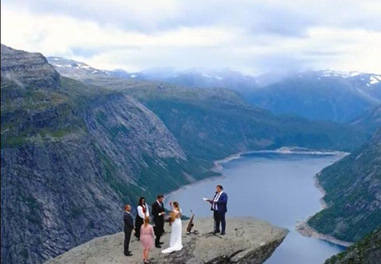 ノルウェーの絶景のウェディングスポット。・・・美しい景色は広がるけれど、どうしてもそこじゃなきゃダメだったの??