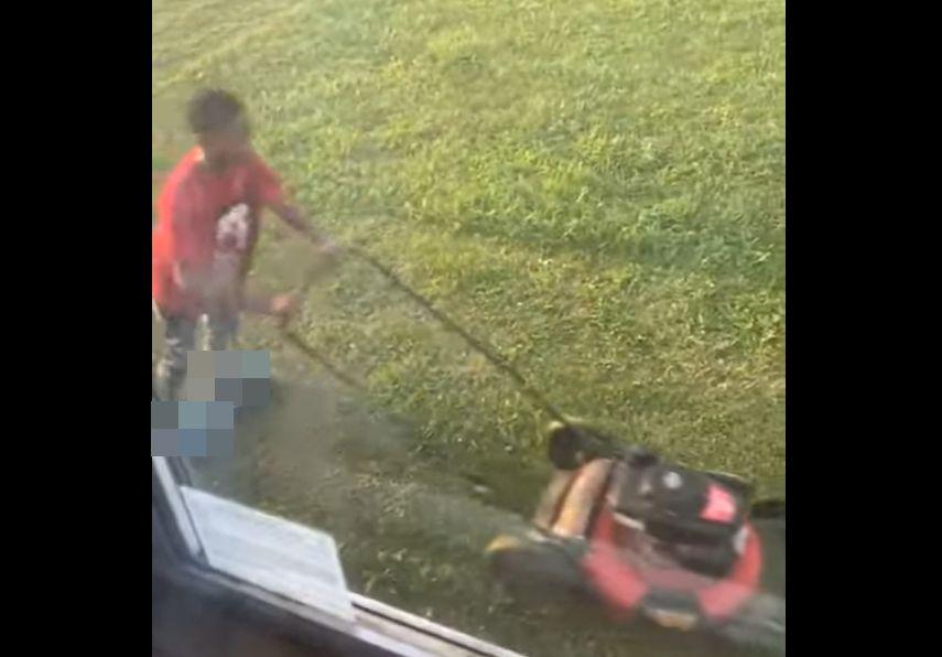 窓の外を見て見たら・・・、息子さんがある方法で楽しそうに草刈りをしていました!!