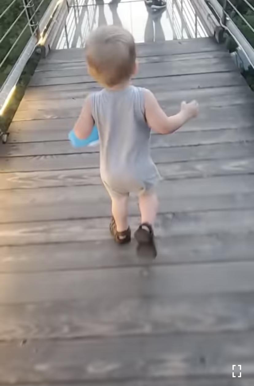 【1,000万回再生超え】ガラス張りのつり橋を渡ろうとした男の子。慎重に足を踏み入れるも・・・下を見てある決断をしました